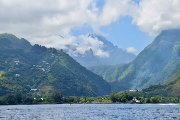 A glimpse of the highest mountain in Tahiti